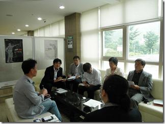 懇談するヨ・ポンギュ事務局長(左)と視察団=8月25日、3・3記念館。