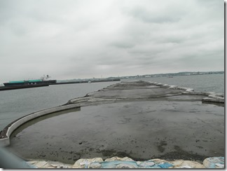 MC-4の埋め立て現場。茶筒状の銅板セルに砂・コンクリートを流し込み、岸壁の基礎とします。