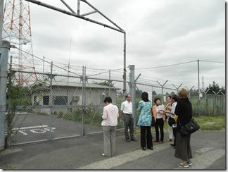 旧深谷米軍通信所のフェンスで囲まれた囲障区域を視察する市議団。