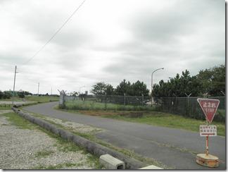 囲障区域の周辺には広大な敷地があります。敷地内は近隣の住民が通り抜けていました。