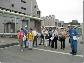 水再生センターの職員から施設の説明を聞く市議団。