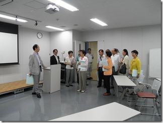 学校内の施設を見学する議員団。この部屋は、入室したら英語しか話してはいけないことになっているプレゼンルーム。