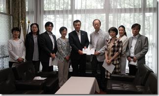 梶村市会議長(中央)に申し入れ書を手渡す日本共産党横浜市議団