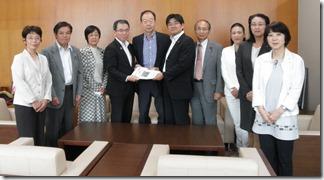渡辺副市長(左から4人目)に報告書を手渡す日本共産党横浜市議団