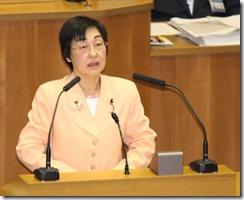 決算反対討論を行うあらき由美子議員
