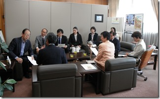 マンション斜傾問題で鈴木副市長に申し入れる日本共産党市議団