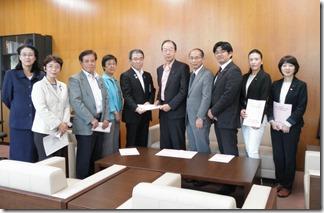 渡辺副市長(左から5人目)に予算要望書を手渡す日本共産党横浜市議団