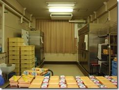 配膳室。向かって右奥から検食用冷蔵庫、牛乳用冷蔵庫、おかず用冷蔵庫、向かって左奥がご飯用温蔵庫、手前が弁当と牛乳。(3年生選択用)