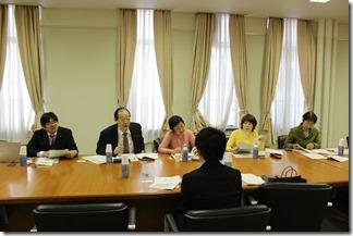 京都市保健福祉局保健福祉総務課の担当係長(手前)から聞き取りを行う日本共産党横浜市議団