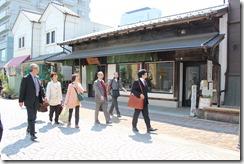 伊藤高崎市会議員(左)の案内で、商店街を視察。制度を利用して改装した着物屋の前で。