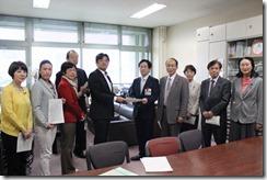 鯉渕健康福祉局長に申し入れ書を手渡す日本共産党横浜市議団