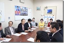 申し入れ後、健康福祉局長らと懇談する日本共産党横浜市議団
