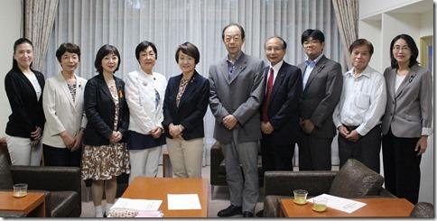 申し入れ後、林市長(左から5人目)を囲む日本共産党横浜市議団