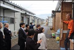 西原村仮設住宅で住民の方のお話を聞く党市議団