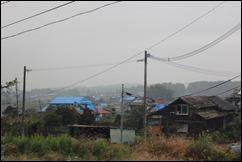破損した家屋が並ぶ西原村