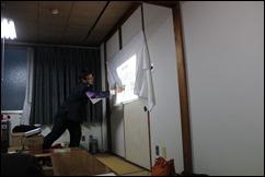 ↑スライドを使って報告をする那須市議