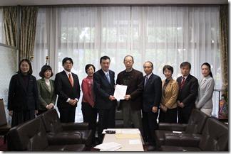 梶村議長(左から5人目)に申し入れ書を渡す日本共産党横浜市議団
