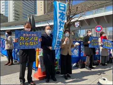 宣伝に参加する白井議員と岩崎議員